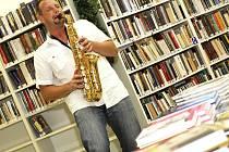"""Josef """"Pepson"""" Snětivý coby saxofonista, klávesista, zpěvák, skladatel, textař a producent."""