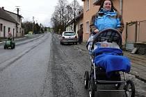 Na procházku do nadějkovských ulic se Kateřina Mikešová vypravila se synovcem Lukáškem.