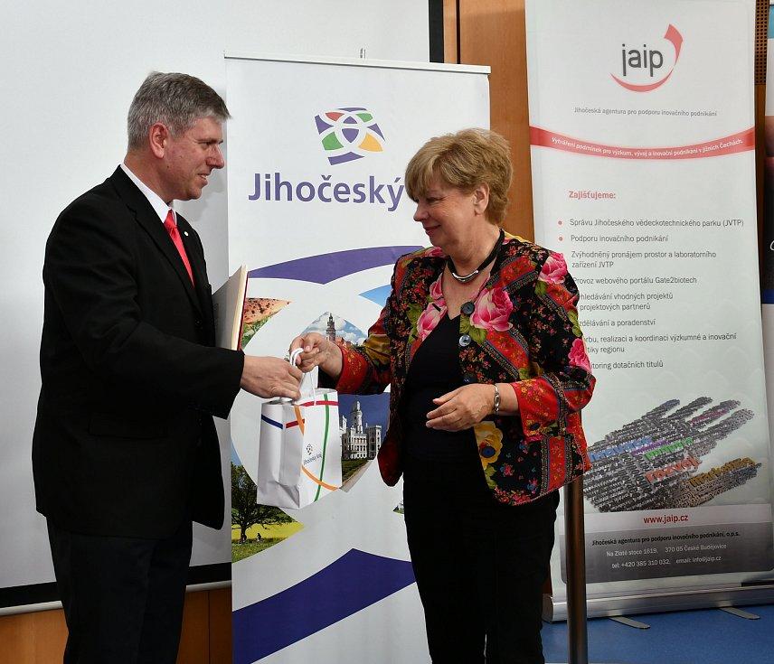 Jednatel táborských technických služeb Michal Polanecký přebíral cenu s radostí.