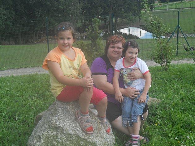 Dana Bednářová s dvojčaty Veronikou a Michaelou při návštěvě Zoo Větrovy.