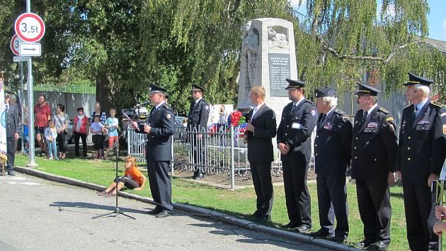 K pomníku padlých v Tučapech položili hasiči věnce. Součástí oslav bylo požehnání praporům obce i