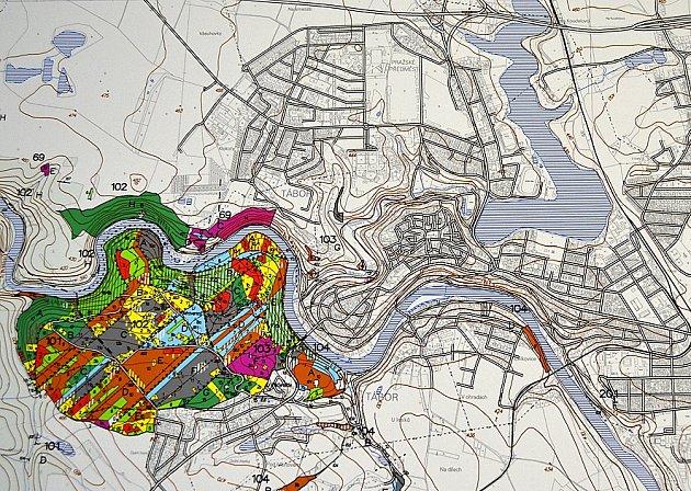 Na mapce jsou fialovou a zelenou barvou vyznačené nejstarší lesy u Tábora patřící Správě lesů Tábor. Rostou kolem Lužnice ve směru na Harrachovku.