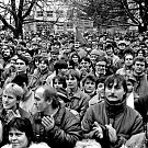 Fotograf Jára Novotný kriticky hodnotí listopad 1989 i následný vývoj společnosti. V politice se neangažuje. Nejlépe se cítí doma ve svém mikroklimatu s milými lidmi a také se svou fenkou Mačinkou.