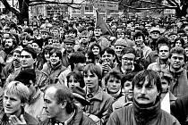 Kovosviťáci. Na náměstí v Sezimově Ústí vytvořili jeden dav pracovníci Silonu a Kovosvitu. Z tohoto strojírenského podniku nepřišli před zdejší klub jen lidé z nepřetržitého provozu.
