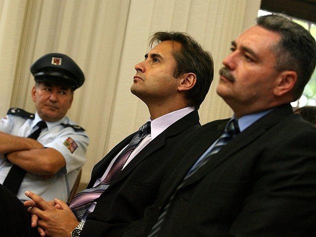 ZNOVU U SOUDU. Jiří Berka (na snímku s dalším z obžalovaných Ladislavem Větrovcem) se zpovídá v kauze údajných zmanipulovaných konkurzů.