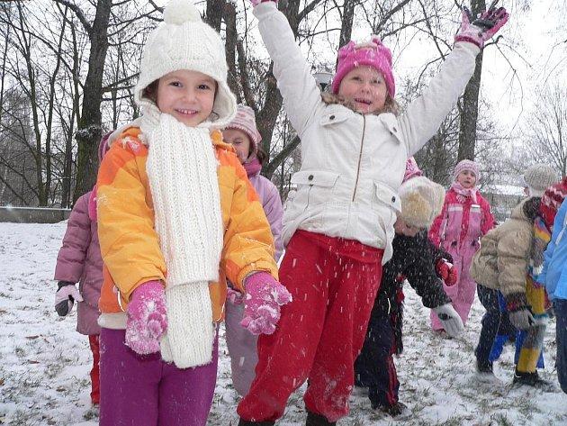 Děti z táborské mateřinky v Kollárově ulici si sněhovou nadílku užily.