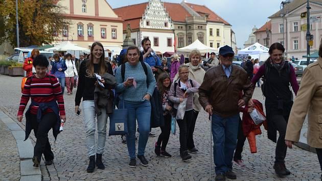 Celodiecézní pouť v sobotu vyvrcholila mariánským průvodem ze Žižkova náměstí starou poutní cestou na Klokoty.