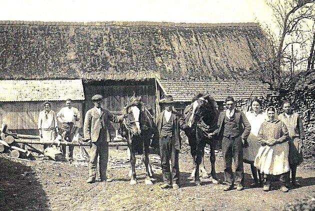 PŘED RODNÝM DOMEM. První fotografie z roku 1935 je zachycená na dvoře v Maršově č.p. 10. Nalevo vedle hloučku žen stojí Josef Drhovský a vedle jeho matka Anna.