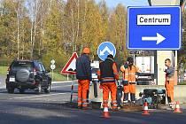 Na přípojce kanálu pracovali v úterý zaměstnanci firmy Swietelsky. Nyní už je čekají jen úpravy kruhových objezdů. Termín 8. listopadu podle všeho dodrží.