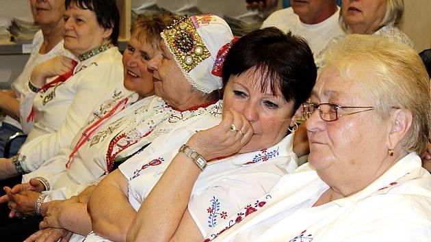 PŘEHLÍDKA KROJŮ. Obec baráčníků ze Soběslavi si připomíná 85. narozeniny. Na snímku můžete vidět, jaké kroje na slavnostní akce nosí.