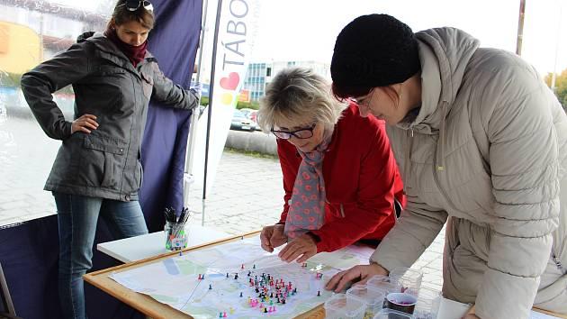 Svá místa v mapě sídliště označila i Jana Klocová (uprostřed).