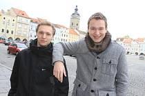 Velký zájem vzbuzuje píseň, kterou nazpívali Jaroslav Janeček ( vlevo) a Jaroslav Stolička.
