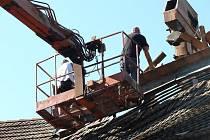Firma najatá majitelem chýnovského pivovaru včera odstranila část střechy, která hrozila zřícením.