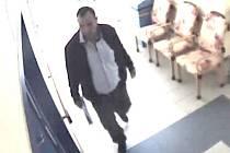 Tento muž se pohyboval po desáté hodině dopolední ve středu 20. listopadu v penzionu pro seniory v ulici K Zastávce na jižním okraji města Veselí nad Lužnicí