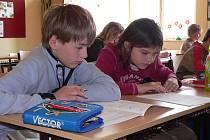 Většina škol na Táborsku se zapojila do testování žáků pátých tříd prostřednictvím organizace CERMAT. Na snímku žáci páté třídy z táborské ZŠ Husova  (zleva) Martin Šimek a Lucie Lapková při zahájení testu z českého jazyka.