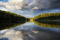 Výhled z Vlčice. Tato stará táborová základna se nachází v lesích na břehu Staňkovského rybníka v Chráněné krajinné oblasti Třeboňsko.