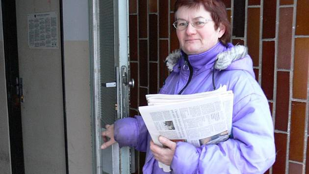 Doručovatelka Helena Vlasová už rozpis příjemců nepotřebuje. Zná ho zpaměti.