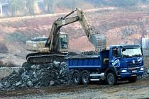 Stavbaři na začátku letošního roku při práci na zpevnění hráze v nádrži Jordán.