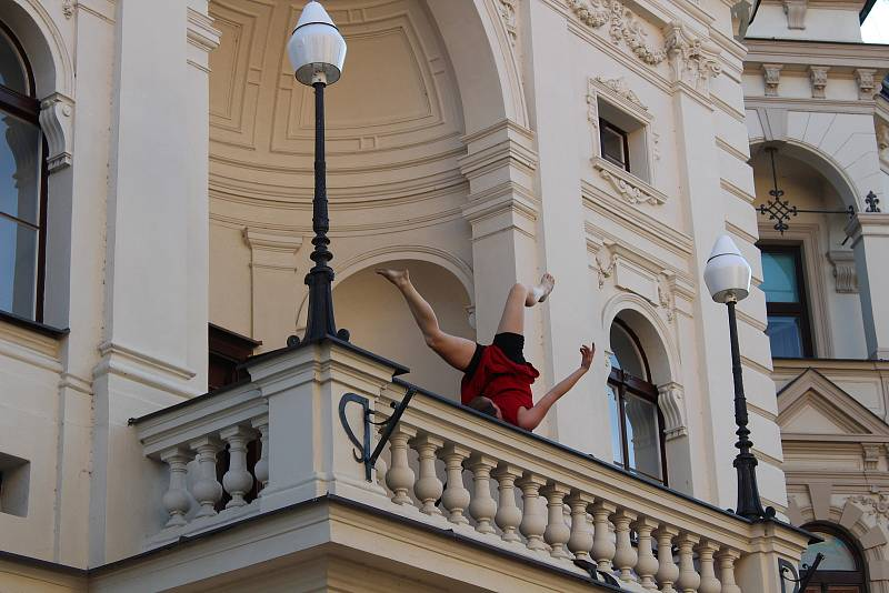 Táborské divadlo zahájilo novou sezonu. Došlo i na akrobacii v podání Elišky Brtrnické.