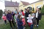 Na obchůzku vesnice s novým lítem, tedy vyšňořenou panenkou, se v neděli vydala skupinka asi dvaceti děvčat ve Vlastiboři na Táborsku.