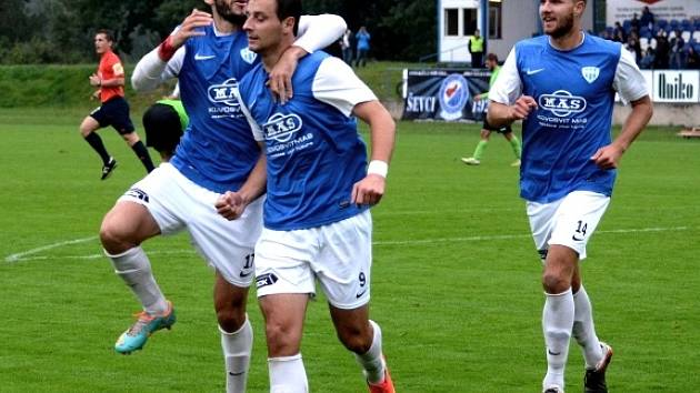 Elvist Ciku (vlevo) blahopřeje Adnanovi Džafićovi ke gólu. Vpravo Zbyněk Musiol.