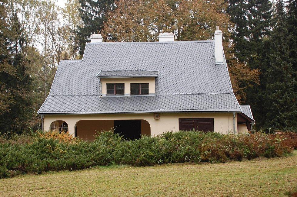 Vila poválečného československého premiéra stojí v sousedství Benešovy vily v Sezimově Ústí, do jehož majetku patří.