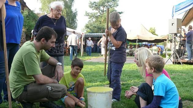 Šedesátka lidí se v sobotu přišla bavit ke krmníku v Hodětíně