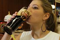 CO HRDLO RÁČÍ. Tradiční a netradiční piva mohou ode dneška degustovat návštěvníci pivních slavností. Stále častěji se mezi příznivci chmelového moku objevují ženy.