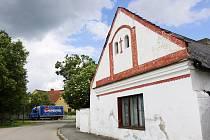 Dům číslo čtyři v Klokotech už děti nestraší. V současné době ho využívá táborské G–centrum coby garáže pro automobily. Stav domu není dobrý, ale stále se drží.