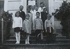 Na začátek školy. Ivana Smržová (v horní řadě uprostřed, pod cedulí) byla tehdy ve čtvrté třídě.