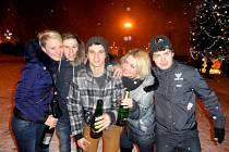 Studenti zemědělské školy zleva Eva Opičková, Tomáš Roubíček, Filip Novotný, Michaela Černá a David Hlaveš slavili na náměstí.