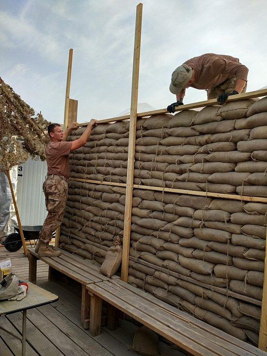 Bechyňští armádní truhláři vyrobí prakticky cokoliv a kdekoliv na světě.
