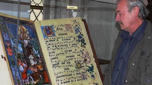 VÝZNAMNÉ DÍLO. Malíř Aleš Slavík (na snímku) se ujal vytvoření kopií iluminací z litoměřického graduálu. Dílo je součástí expozice Husitského muzea v Táboře.