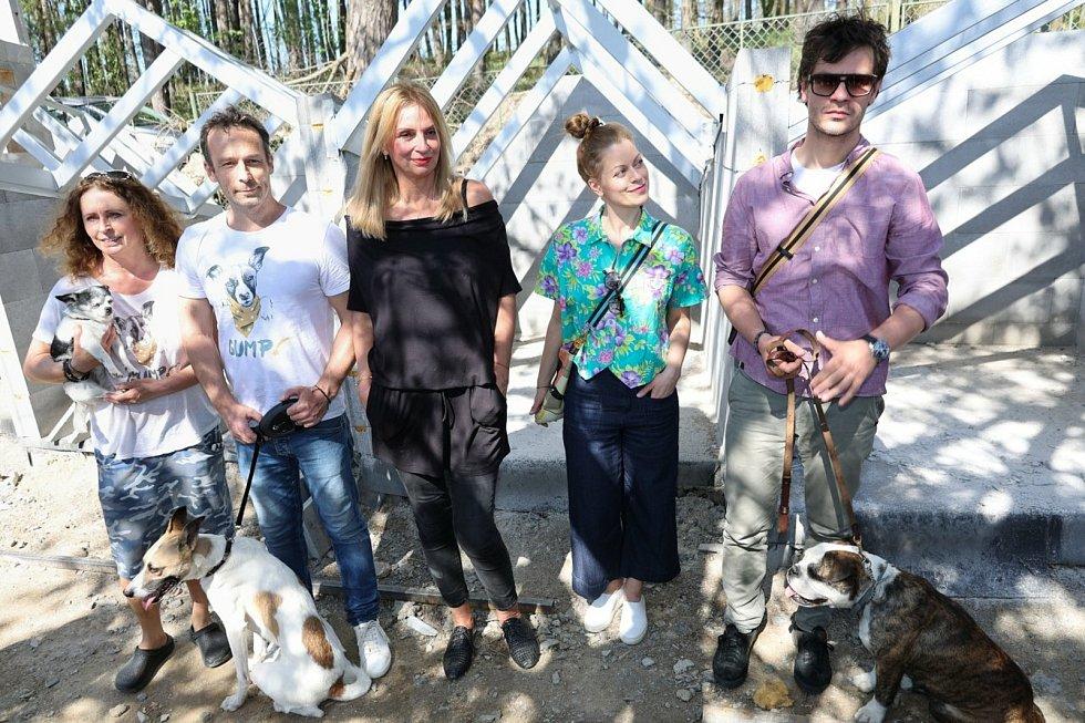 Táborský pes Gump a jeho pán, spisovatel a producent Filip Rožek staví útulek pro psy.