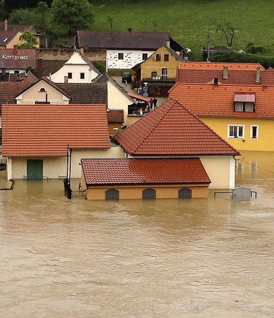 ROZLITÁ LUŽNICE. Jakmile řeka loni včervnu vystoupila zkoryta, zaplavila vše, co jí stálo vcestě.