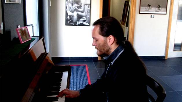 Petr Míka si plní sny, vydává první album instrumentálních skladeb. Hraje ve filmu, šermuje, střílí z luku a plive oheň, ale na profesionální kariéru nepomýšlí.