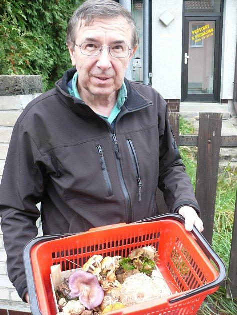 MYKOLOG Vladimír Pravda včera zavítal do lesů na Chýnovsko. Jeho nálezy putují na výstavu hub na českobudějovické výstaviště.