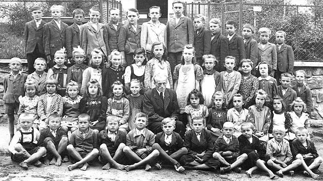 ŠKOLA V RATAJÍCH. Snímek zachycuje fotografii žáků, kteří školu navštěvovali v roce 1943 a vedl je řídící učitel Matěj Petřík. Dvaaosmdesátiletý Jaroslav Hruška stojí v zadní řadě sedmý zleva.