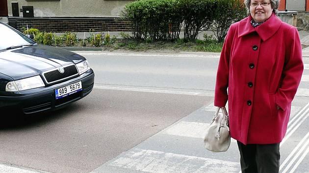 NA PŘEHODU. Na čekanické Průběžné ulici u základní školy pravidelně přechází Irena Senešová.