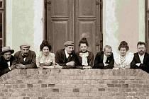 Oskar Nedbal (druhý zleva) a Josefína v roce 1898