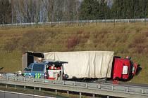 Na 89. kilometru dálnice D3 mezi obcemi Janov a Doubí u Tábora havaroval kamion s osobním automobilem, čtyři osoby byly při nehodě zraněny.