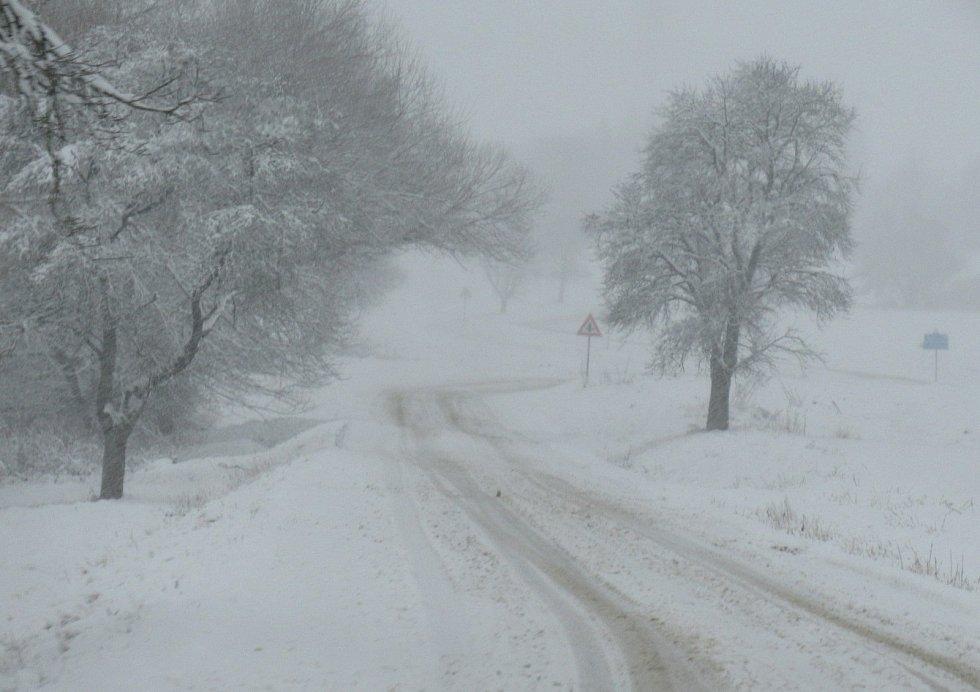 Sněhová nadílka zasypala i obce v táborském regionu. Nadílka těšila děti i dospělé, ale řidičům komplikovala cestování. V noci na čtvrtek má být podle meteorologů převážně zataženo, na většině území občasné sněžení.