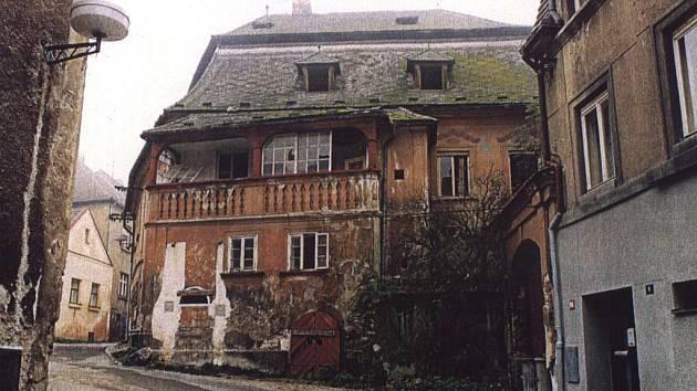 Takto vypadal dům v Dlouhé ulici před rekonstrukcí.