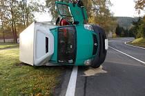 PO NEHODĚ. Renault zůstal po nehodě částečně na silnici a částečně na louce. Doprava byla na několik hodin omezena.