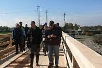 Procházky po stavbě přeložky železničního koridoru ve Veselí nad Lužnicí se zúčastnila třicítka místních