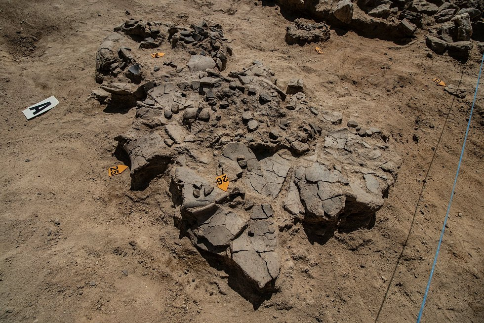 Rozbité keramické nádoby v hrobové komoře a detail výzdoby keramiky.