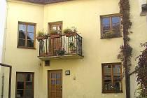 Dům z táborské Svatošovy ulice si dosud nese prvek gotické zástavby, kterým je úzká parcelace.