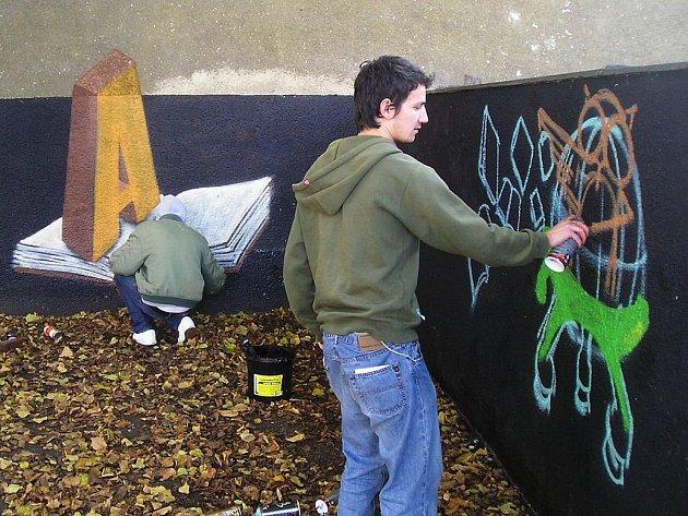 BAREVNÁ ZEĎ. Sprejeři z Tábora a Havířova pomalovali zašedlou zeď v táborské MŠ Kollárova.