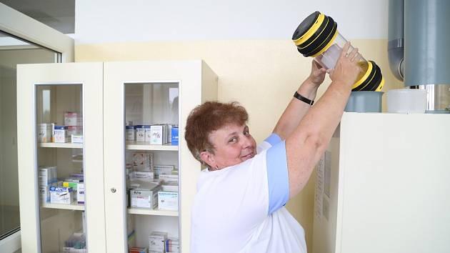 Zdravotní sestra Ilona Jenšíková oceňuje, že jim potrubní pošta ušetří běhání a získaný čas tak mohou věnovat ve prospěch pacientů.