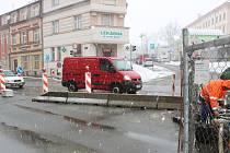 Rekonstrukce kanalizace v Husově ulici se dotkla i hlavní dopravní tepny v Táboře. Práce pokračují i v nepříznivém počasí.
